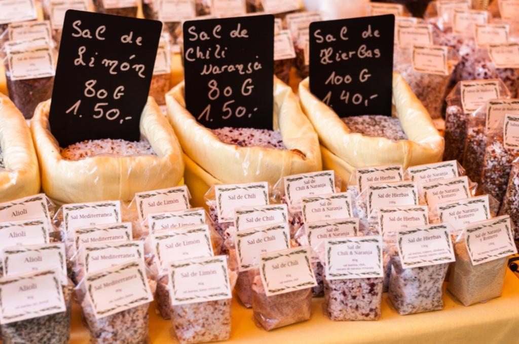 Salz aus Mallorca an einem Marktstand in Sineu