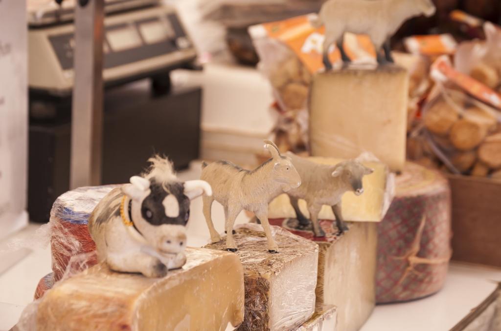 Feiner Käse ist eines der Produkte, die Sie auf einem Markt auf Mallorca finden