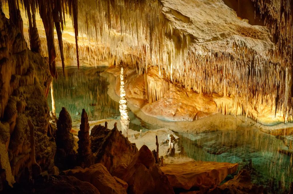 Der Llac Martel in den Drachenhöhlen auf Mallorca gilt als einer der schönsten und größten der Welt