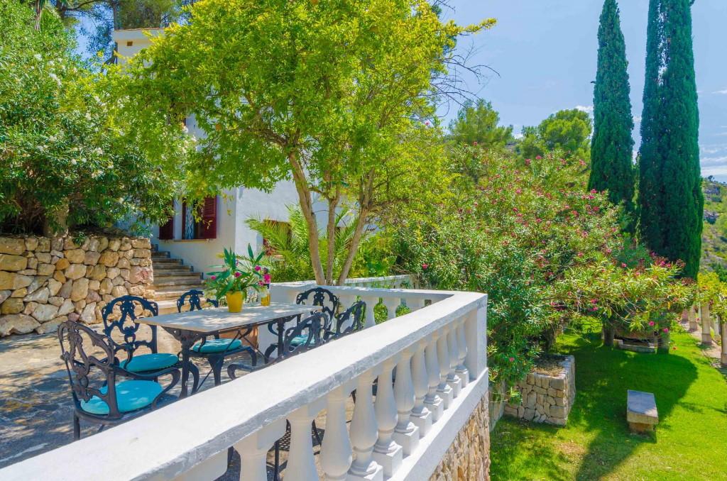 """Von der Terrasse der Finca """"Can Bolei"""" auf Mallorca hat man einen herrlichen Ausblick auf den wunderschönen großen Garten"""