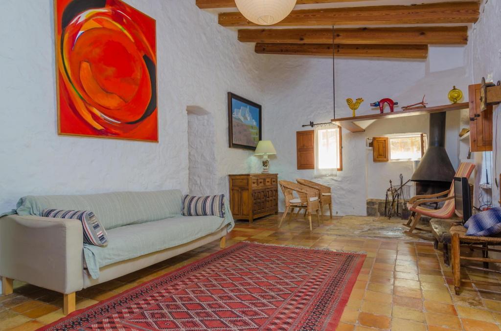 """Das gemütliche Wohnzimmer der Villa """"Can Bolei"""" ist im mallorquinischen Stil gehalten"""