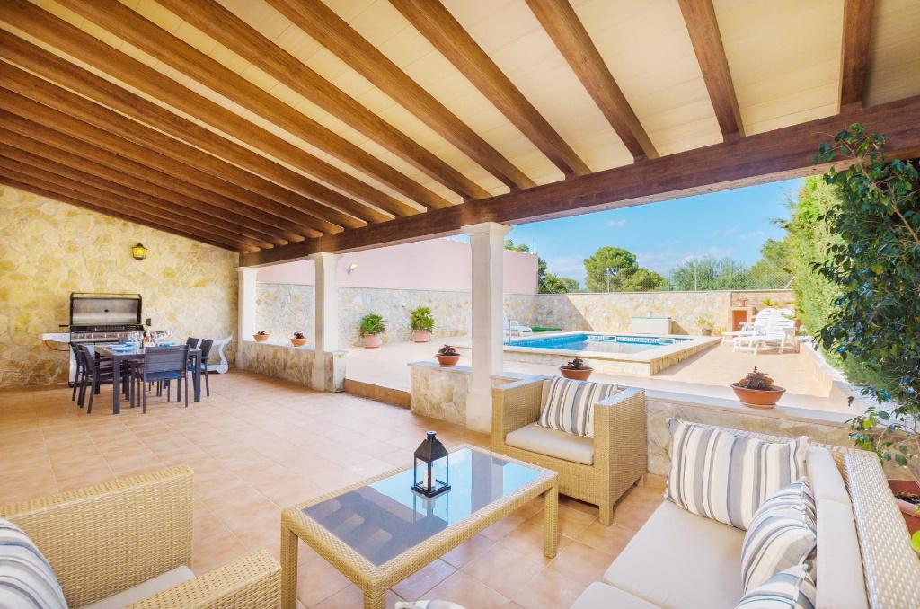 """Dank der Überdachung bleibt die große Terrasse der Finca """"Villa Gloria"""" auf Mallorca auch im Sommer schön kühl"""